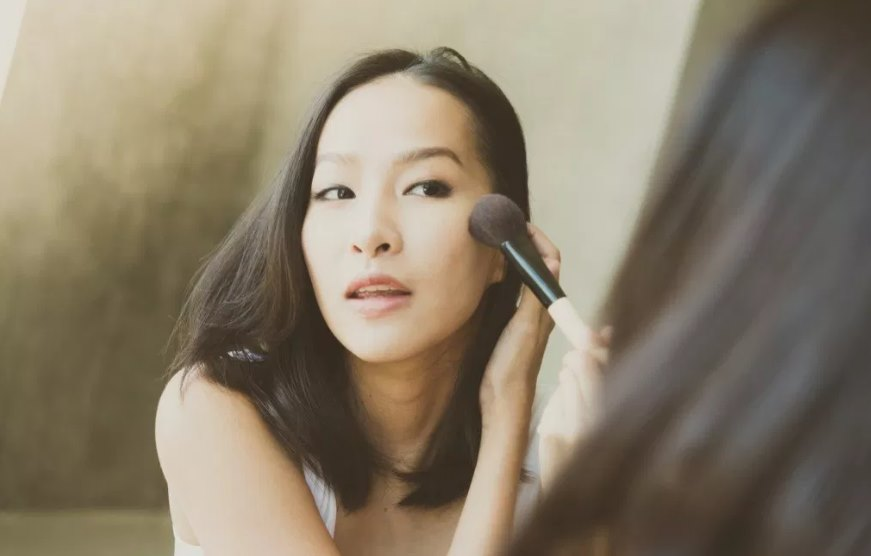 Experts' Choice - 6 Best Foundations for Dry Skin - Featured Image