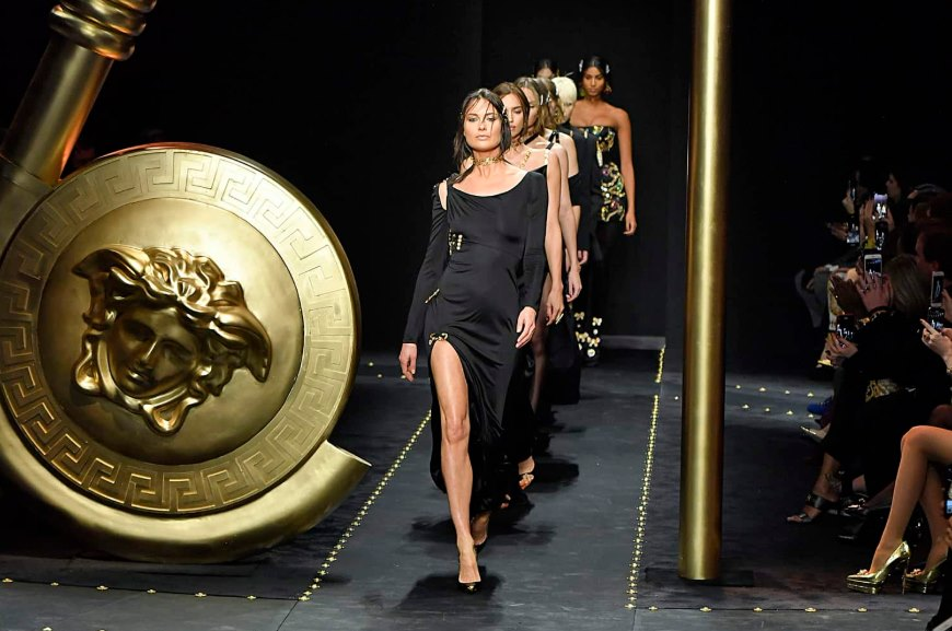 Supermodel Stephanie Seymour Surprises Crowd at Versace's Fall 2019 Fashion Show - Featured Image